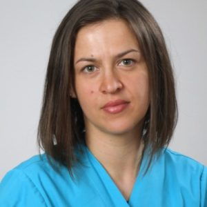 """Absolwentka lubelskiego Wydziału Medycyny Weterynaryjnej w 2011 roku, ukończyła też zootechnikę w roku 2008. W czasie studiów współpracowała z Lubelską Kliniką Weterynaryjną. Doświadczenie zdobywała w Przychodni Weterynaryjnej """"ABACUS"""" w Chrzanowie. Od 2015 roku związana zawodowo z Kliniką Weterynaryjną Giszowiec w której swoja uwagę poświęca pacjentom internistycznym w tym szczególnie wymagającym szybkiej pomocy."""