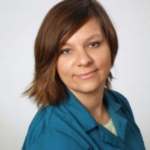 """Z wyróżnieniem ukończyła Uniwersytet Przyrodniczy w Lublinie w 2011 roku. W czasie studiów gromadziła doświadczenia w lubelskich oraz śląskich przychodniach weterynaryjnych. Aktywnie działała również w Sekcji Kardiologicznej Studenckiego Koła Naukowego, gdzie rozwijała swoje kardiologiczne zainteresowania. Zawodową pasją pani doktor jest kardiologia, ale równie dobrze czuje się na polu internistycznym oraz endokrynologicznym. Swoje umiejętności oraz wiedzę stale poszerza, uczestnicząc w licznych konferencjach oraz szkoleniach. Od 2013 roku współtworzy program edukacyjny Praktycy Praktykom z zakresu kardiologii. Z Kliniką Weterynaryjną Giszowiec związana od 2011 roku. Prywatnie właścicielka dwóch bokserów, psi """"szkoleniowiec"""" hobbysta oraz pasjonatka szeroko pojętej kynologii."""