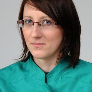 Dyplom lekarza weterynarii uzyskała w 2008 roku na Uniwersytecie Przyrodniczym we Wrocławiu. Po studiach rozpoczęła pracę w Klinice Weterynaryjnej Giszowiec, a obecnie przyjmuje czworonożnych pacjentów w filii Kliniki, mieszczącej się w dzielnicy Mysłowic - Brzęczkowicach. WWW.MYSLOWET.PL Jej zawodowe zainteresowania dotyczą hematologii i diagnostyki cytologicznej. Pasja w poznawaniu mikroświata komórek sprawia, że często można Ją zastać skupioną przy mikroskopie. Dodatkowo nieobce są Jej również zagadnienienia okulistyczne. Wolne chwile spędza z rodziną, swoimi psami, zaczytana w dobry kryminał albo ćwicząc umysł podczas rozwiązywania przeróżnych łamigłówek i krzyżówek.