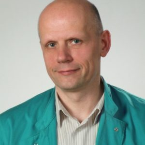 Absolwent Wydziału Weterynaryjnego Akademii Rolniczej w Lublinie. Założyciel Kliniki Weterynaryjnej Giszowiec w Katowicach, którą kieruje od ponad 20 lat. W swojej pracy szczególną uwagę zwraca na pacjentów wymagających szczegółowej diagnostyki i działań intensywnej terapii. W roku 2014 obronił pracę doktorską z zakresu chirurgii dotyczącą przebiegu uogólnionej odpowiedzi zapalnej (SIRS). Członek założyciel Stowarzyszenia Śląska Poliklinika Weterynaryjna, w którym od roku 2012 pełni funkcję prezesa. Współorganizator, uczestnik oraz prelegent w licznych działaniach nakierowanych na potrzeby edukacji zawodowej lekarzy praktyków, m.in. kolejne edycje Warsztatów Diagnostycznych Śląskiej Polikliniki Weterynaryjnej, szkoleniach z cyklu Poliklinika Praktykom. Uczestnik kursów I i II stopnia European School for Advanced Veterinary Studies (ESAVS) z zakresu medycyny ratunkowej i intensywnej terapii. Autor i współautor licznych artykułów i publikacji. www.poliwet.eu