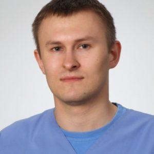 W 2014 roku ukończył Wydział Medycyny Weterynaryjnej w Lublinie. Swoje pierwsze kroki w zawodzie stawiał w Lublinie i Jaworznie. Z Kliniką Weterynaryjną Giszowiec związany od początku 2015 roku. Jest wnikliwym internistą, szczególnie oddanym dermatologii, którą stara się zgłębiać poprzez uczestnictwo w konferencjach i szkoleniach praktycznych. Sprawuje opiekę nad laboratorium Kliniki. Prywatnie jest zapalonym narciarzem, uwielbia podróże bliskie i dalekie.